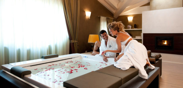 Romantiche emozioni in royal suite morgana hotel motel - Vasca in camera da letto ...